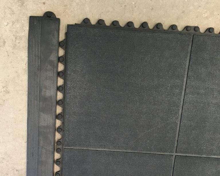 Detalhe textura e pinos para encaixe da rampa do piso para cães