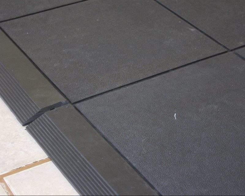 Detalhe rampa do piso de borracha para cachorro