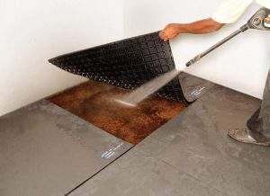 Estrado de borracha possibilita melhor higienização da baia 300x218 - Como fazer a limpeza da cocheira de cavalos corretamente